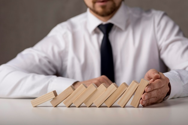 Homme affaires, cravate, dominos