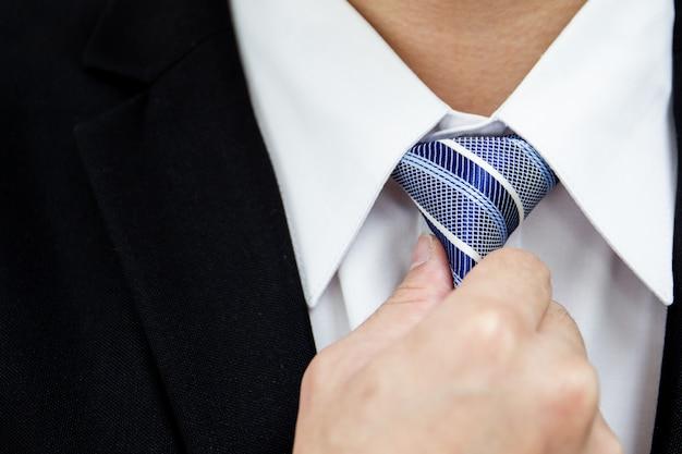 Homme affaires, cravate