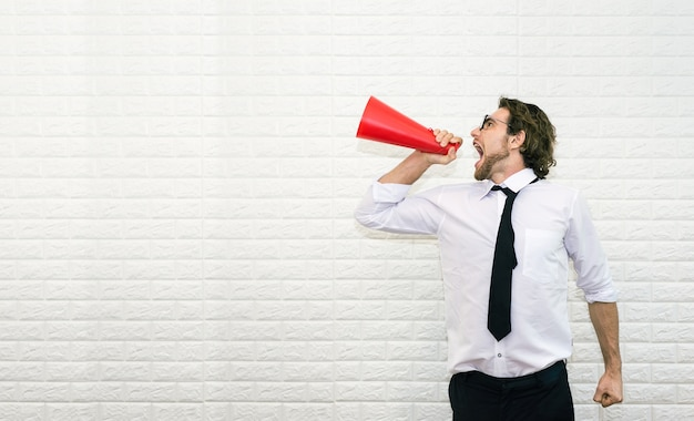 Homme d'affaires, criant sur le mégaphone pour dire quelque chose