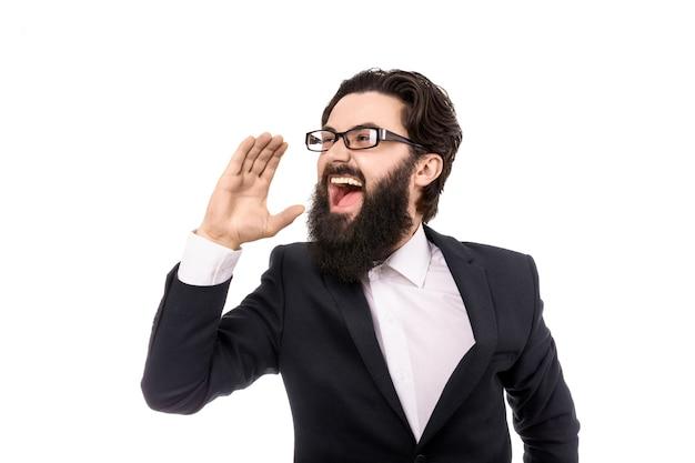 Homme d'affaires criant et tenant la main près de la bouche, isolé sur fond blanc