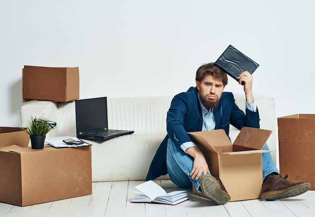 Homme d'affaires dans les boîtes de bureau avec des choses en mouvement
