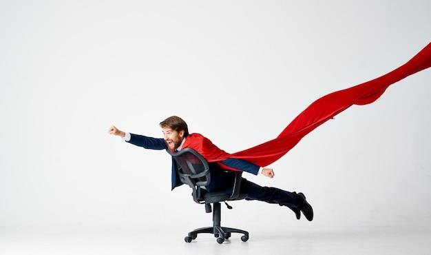 Homme d'affaires dans le bureau de directeur de superman de manteau rouge