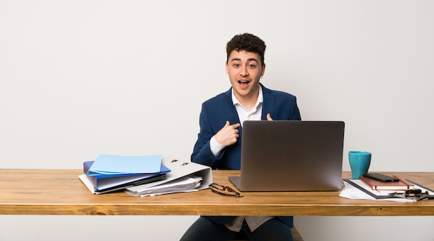 Homme d'affaires dans un bureau avec une expression faciale surprise