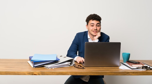 Homme d'affaires dans un bureau pensant une idée tout en levant