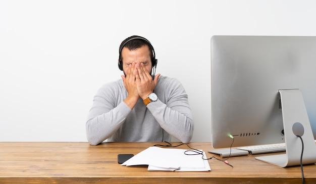 Homme d'affaires dans un bureau avec son pc