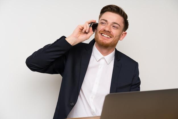 Homme d'affaires dans un bureau avec téléphone portable