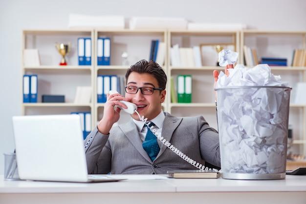 Homme d'affaires dans le concept de recyclage du papier au bureau