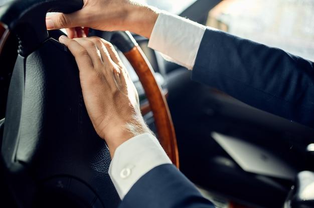 Homme affaires, dans, a, costume, conduire, a, voyage voiture, passager route