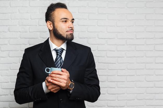 Homme d'affaires dans un costume et une tasse de café
