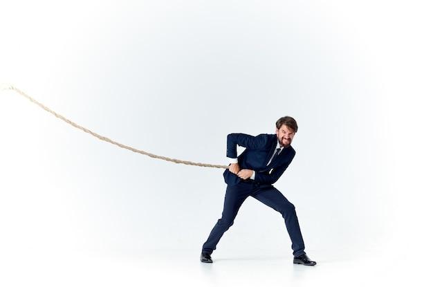 L'homme d'affaires dans un costume tire le studio d'émotions de corde