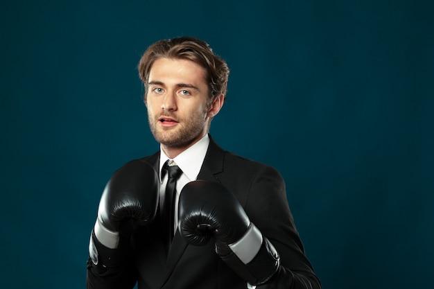 Homme d'affaires dans les gants de boxe