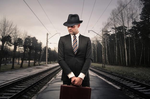 Homme d'affaires dans une gare