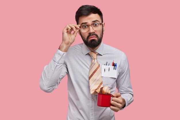 Homme affaires, dans, habillement formel, tenue, tasse