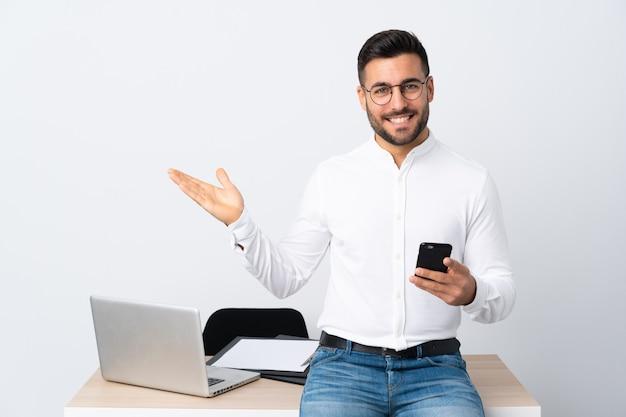 Homme d'affaires dans un lieu de travail avec un ordinateur portable