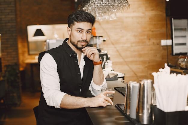Homme d'affaires dans un pub, eau potable