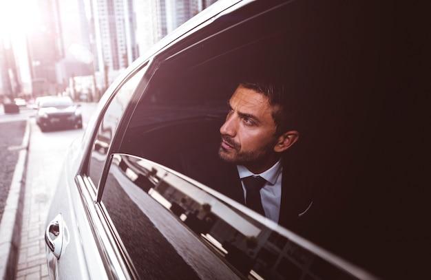 Homme d'affaires dans sa limousine