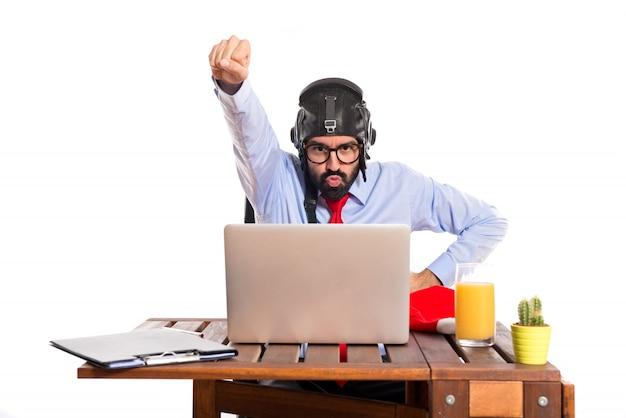Homme d'affaires dans son bureau avec chapeau pilote