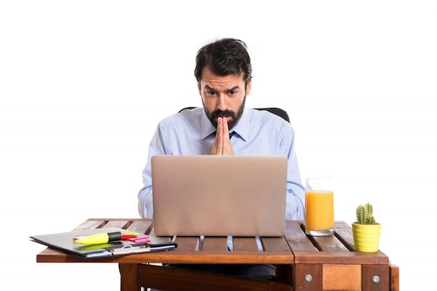 Homme d'affaires dans son bureau plaidant