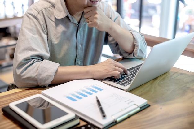 Homme d'affaires dans un style décontracté travaillant avec graphique