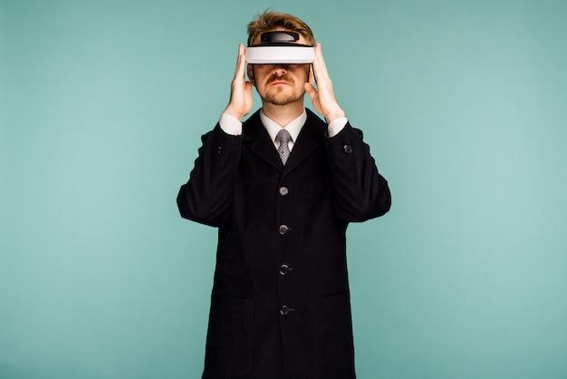 Homme d'affaires dans une tenue de soirée portant des lunettes de réalité virtuelle