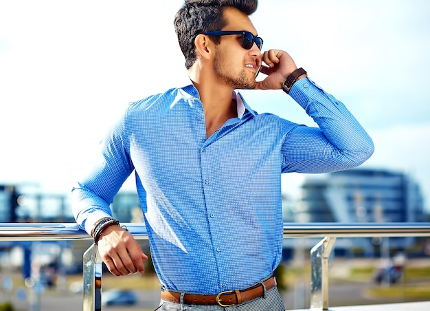 Homme affaires, dans, vêtements formels, et, lunettes soleil, utilisation, sien, téléphone