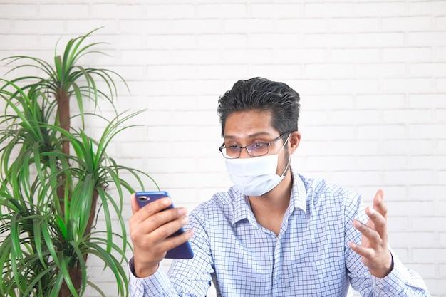 Homme d'affaires dans une vidéoconférence discutant sur téléphone intelligent