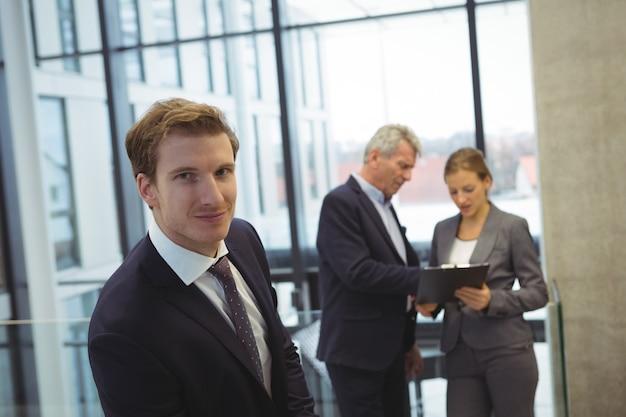 Homme affaires, debout, dans bureau