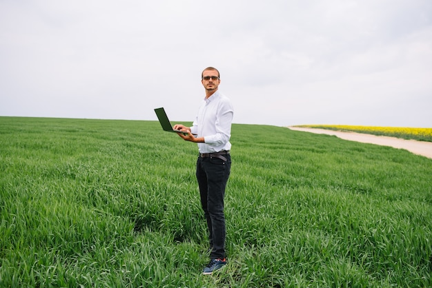 Homme d & # 39; affaires debout dans un champ de blé