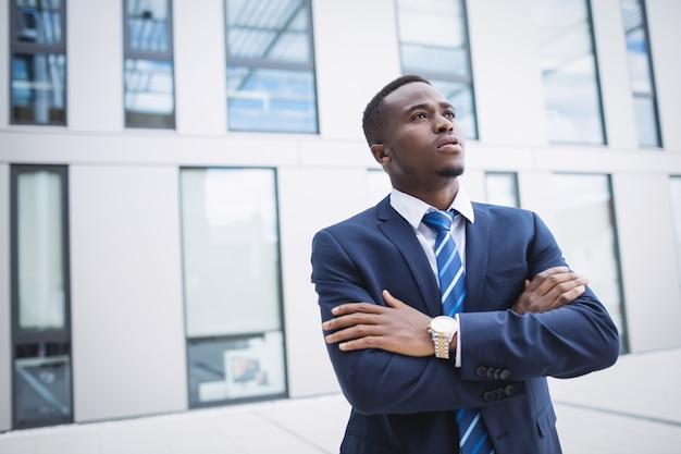 Homme affaires, debout, dehors, bureau, bâtiment