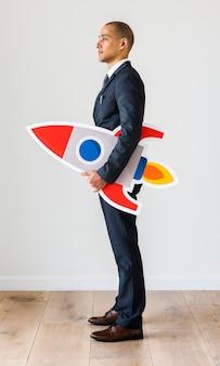 Homme d'affaires debout avec des icônes