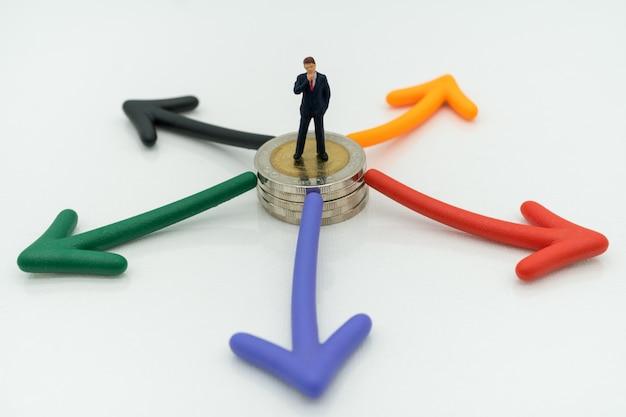 Homme affaires, debout, pièces monnaie, flèche, voie, choix, affaires, décision