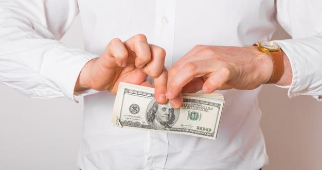Homme d'affaires déchire le billet de dollar. concept de crise financière.
