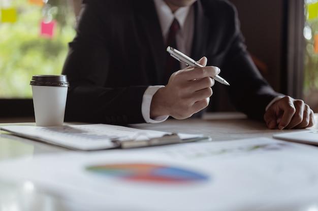 Un homme d'affaires décide de signer un contrat commercial.