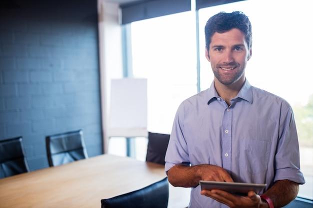 Homme d'affaires décontracté à l'aide d'une tablette