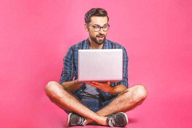 Homme d'affaires décontracté travaillant et naviguant sur internet sur un ordinateur portable. freelance assis et tapant sur le clavier d'ordinateur portable au bureau à domicile
