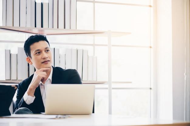 Homme affaires, délassant, endroit, faire, travail, ordinateur portable