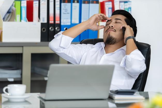 Homme d'affaires déprimé parle sur smartphone
