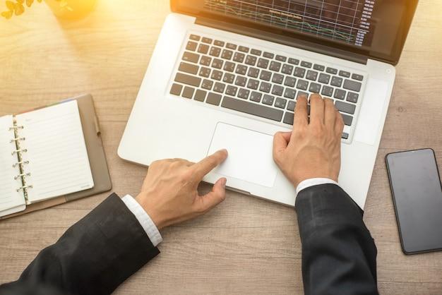 Homme d'affaires détenant et analyse des graphiques d'investissement travaillant au bureau. travail d'entreprise concep