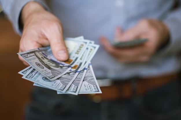 Homme d'affaires détenant de l'argent dans ses mains