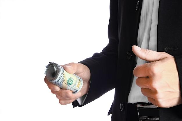 Homme d'affaires détenant de l'argent sur un mur blanc
