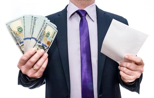 Homme d'affaires détenant des billets en dollars et enveloppe en mains