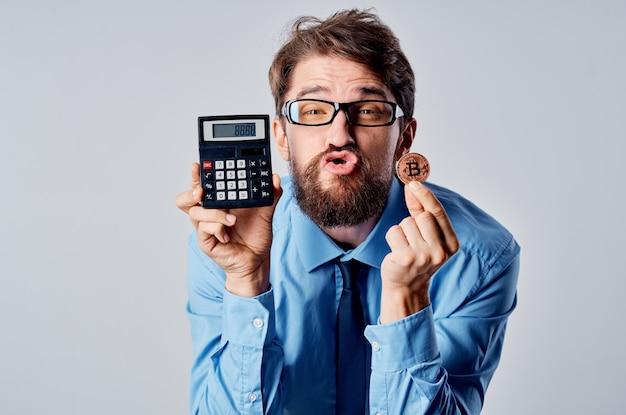 Homme d'affaires détenant la blockchain de financement de l'argent électronique calculatrice