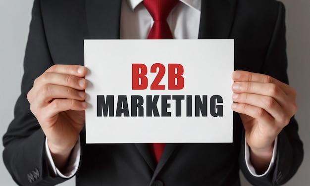 Homme d'affaires détenant une carte avec texte marketing b2b