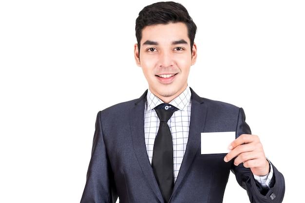 Homme d'affaires détenant une carte de visite blanche isolée sur fond blanc
