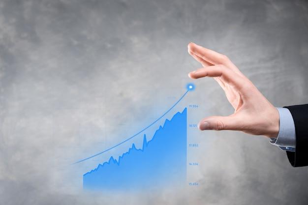 Homme d'affaires détenant la croissance du graphique et l'augmentation des indicateurs positifs du graphique dans son entreprise.