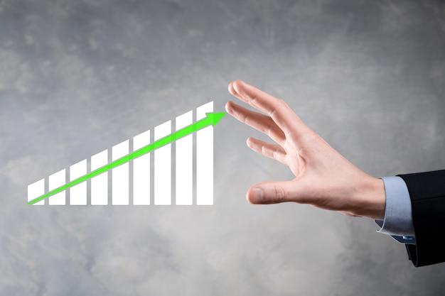 Homme d'affaires détenant la croissance du graphique et l'augmentation des indicateurs positifs du graphique dans son entreprise