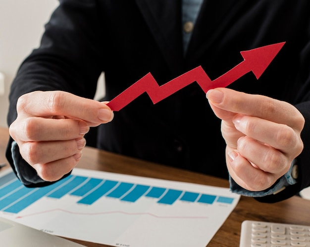 Homme d'affaires détenant une flèche de croissance