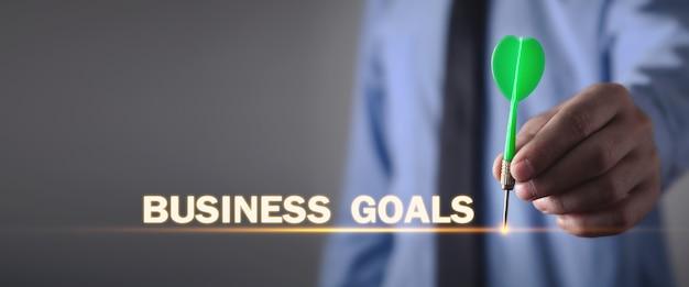 Homme d'affaires détenant une fléchette. objectifs d'affaires