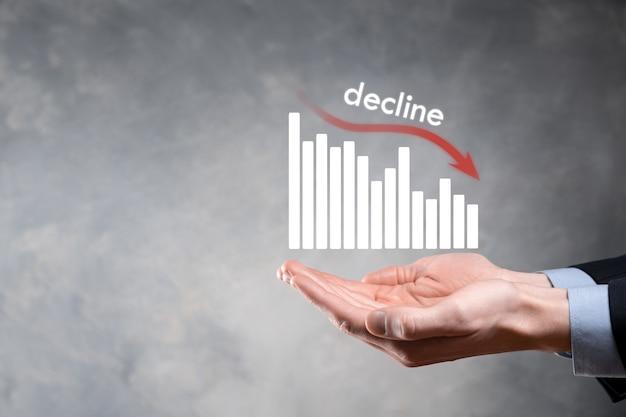 Homme d'affaires détenant des graphiques holographiques et des actions. déclin, baisse, baisse, baisse.