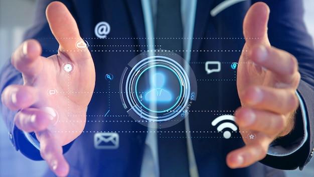 Homme d'affaires détenant une icône de contact entourant l'application et l'icône sociale - rendu 3d